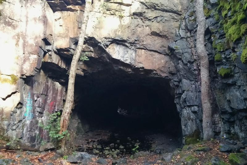 mustavuori luola
