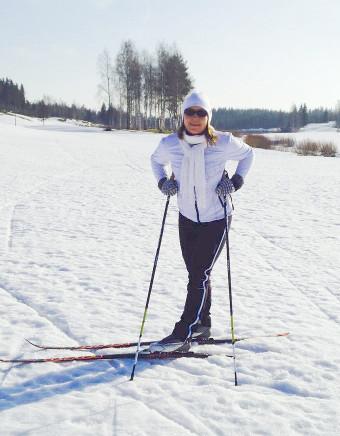 hiihtämässä